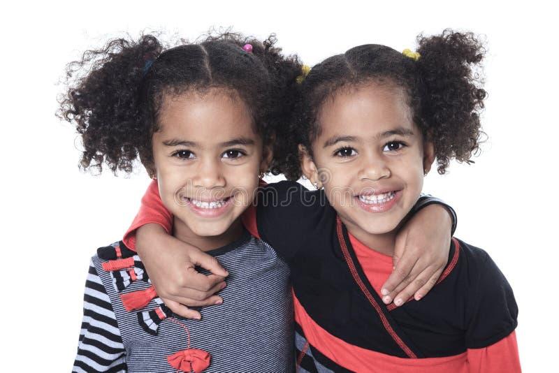 Tvilling- förtjusande afrikansk liten flicka med härligt fotografering för bildbyråer