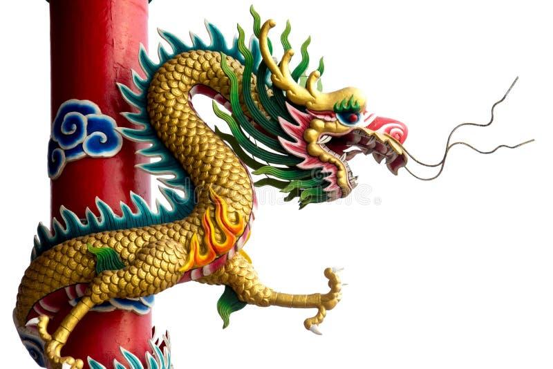 Tvilling- guld- kinesisk drake som slås in runt om röd pol på isolatebakgrund arkivfoto