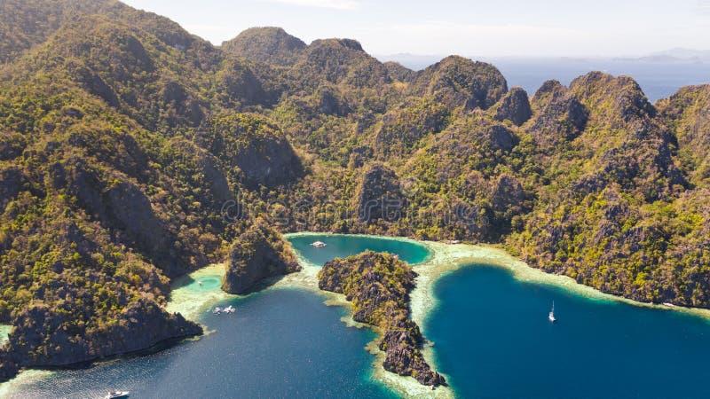 Tvilling- lagun i Coron, Palawan, Filippinerna Berg och hav royaltyfri bild