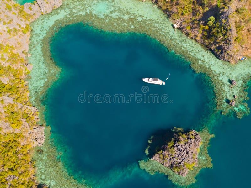 Tvilling- lagun i Coron, Palawan, Filippinerna Berg och hav royaltyfria bilder