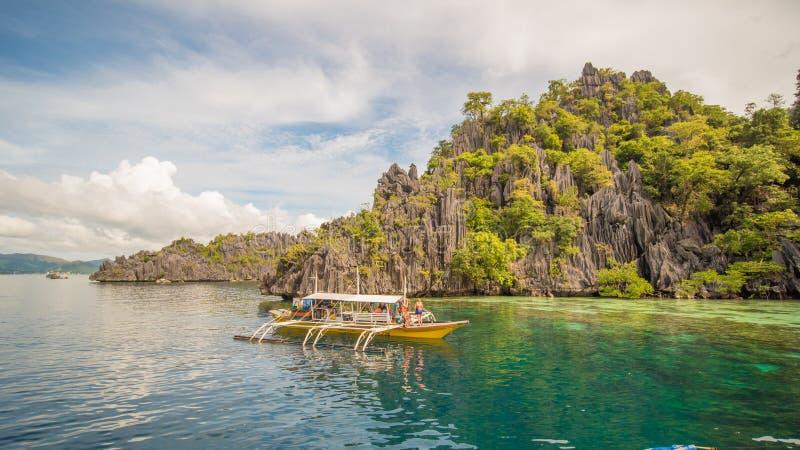 Tvilling- lagun i Coron, Palawan, Filippinerna Berg och hav ensamt fartyg Turnera A arkivfoto