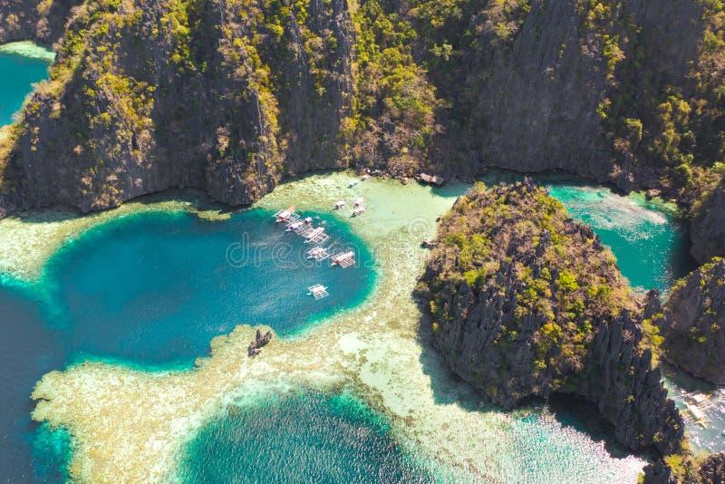 Tvilling- lagun i Coron, Palawan, Filippinerna Berg och hav royaltyfri foto