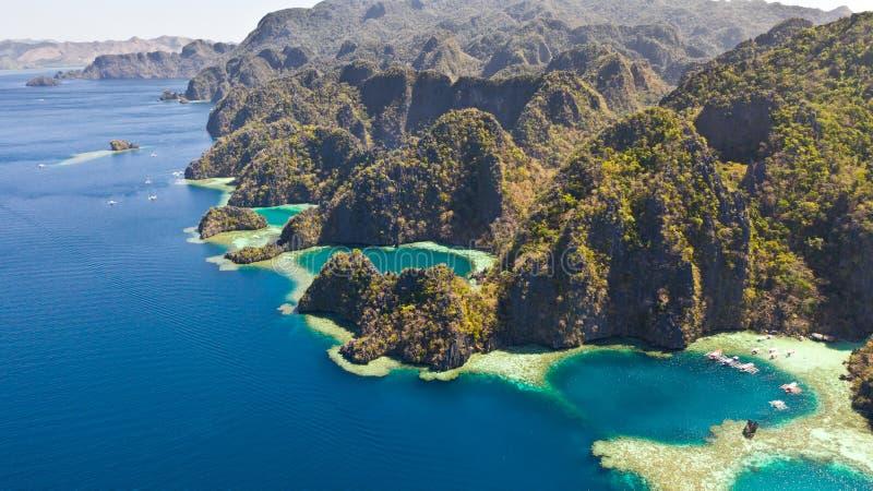 Tvilling- lagun i Coron, Palawan, Filippinerna Berg och hav royaltyfria foton