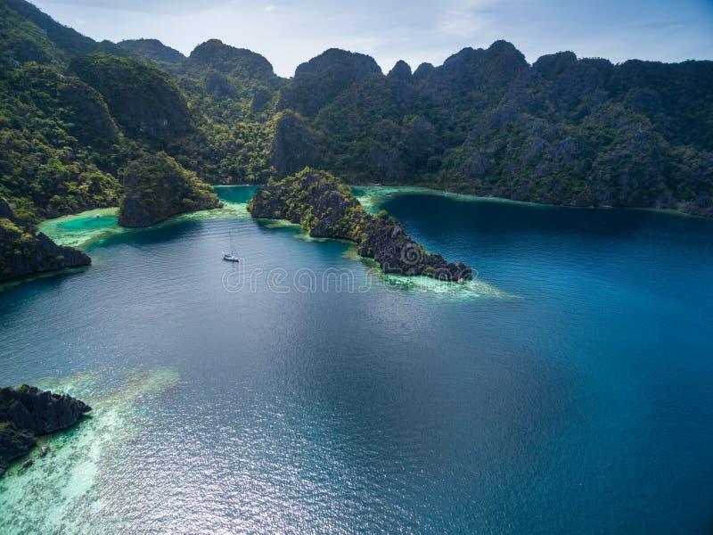 Tvilling- lagun i Coron, Palawan, Filippinerna Berg och hav Turnera A royaltyfri bild