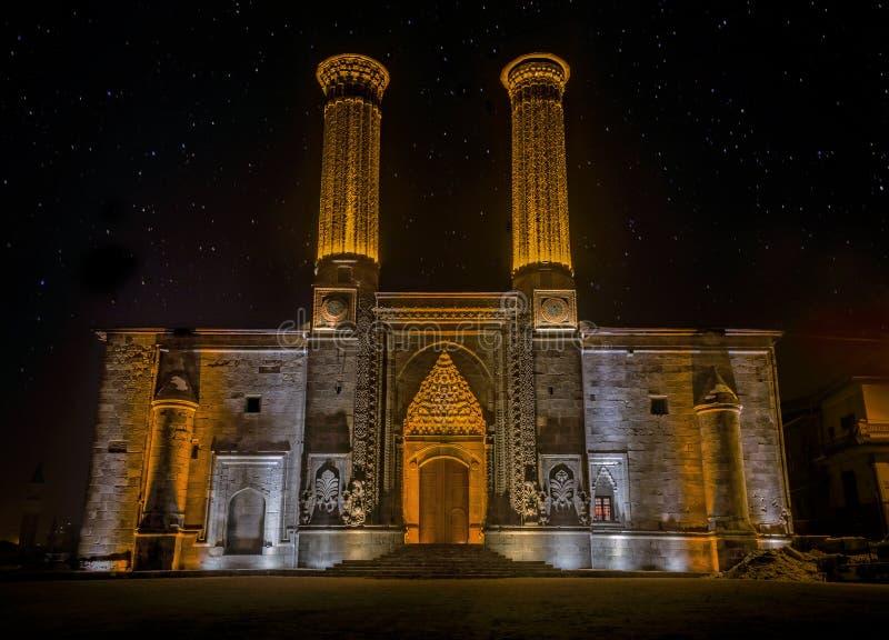 Tvilling- minaretMadrasa monument och museum av Seljuk arkitektur i Erzurum, Turkiet royaltyfria foton