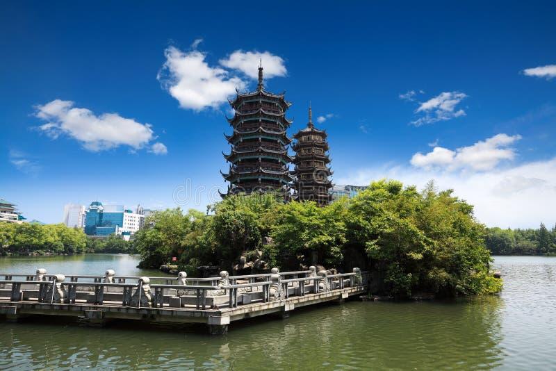Tvilling- pagoda i guilin arkivbilder