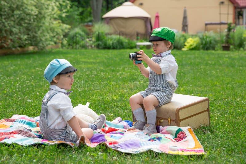 Tvilling- pojkefotofors royaltyfri bild