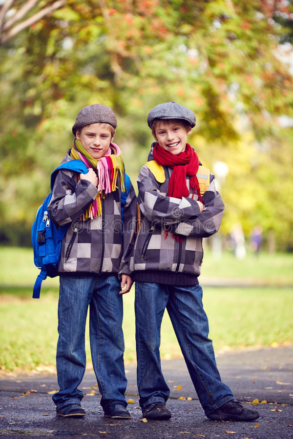 Tvilling- skolbarn arkivbilder