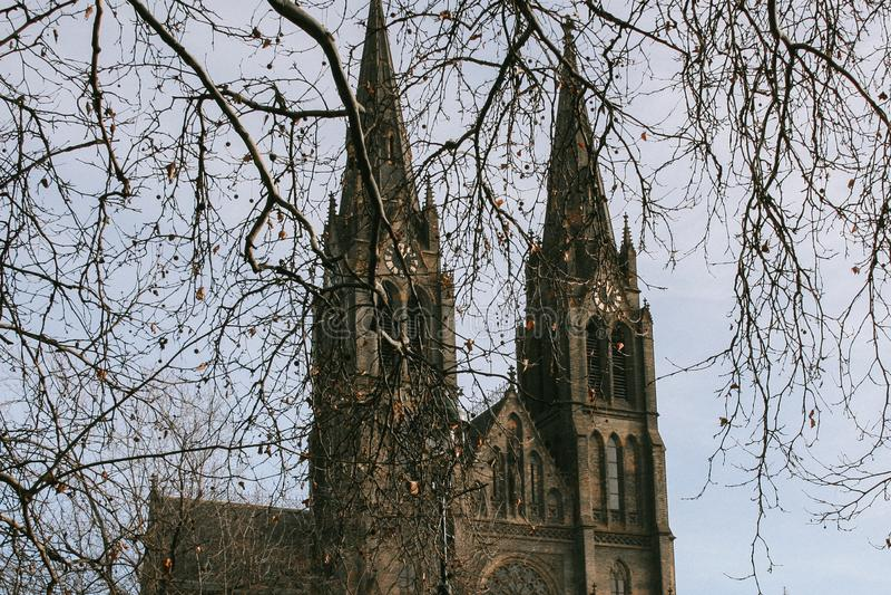 Tvilling- tornspiror av den Bazilika svatehoPetraen en Pavla Basilica av St Peter och Paul i Prague, Tjeckien basilicapeter st arkivfoton