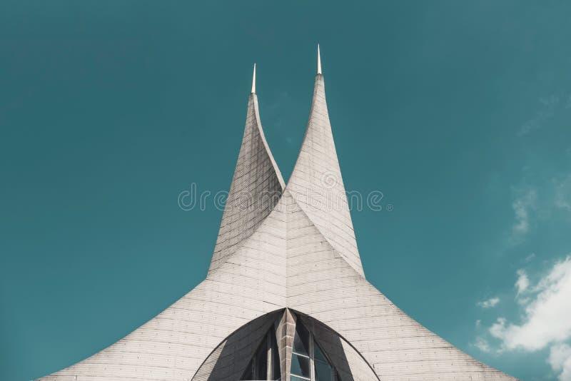 Tvilling- tornspiror av den Emmaus kloster Prague tjeckisk republik royaltyfri fotografi