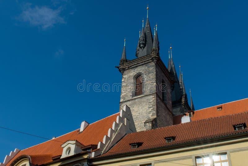 Tvilling- tornspiror av kyrkan av vår dam för TÃ-½ n, i Prague royaltyfria bilder