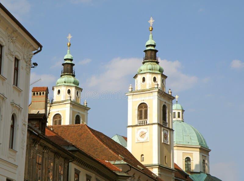 Tvillingbröder och kupol av domkyrkan av St Nicholas i Ljubljana royaltyfria bilder