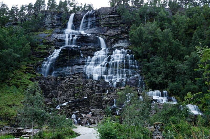 Tvindefossenwaterval in Noorwegen bij de lange blootstelling tijdens schemer wordt gefotografeerd die stock fotografie