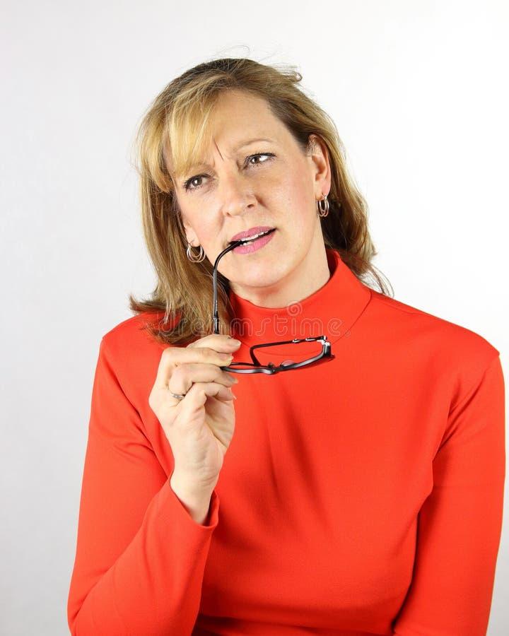 Tvivel som tänker undra kvinnligt beslutsuttryck Kvinna med pennan på kanter arkivfoto