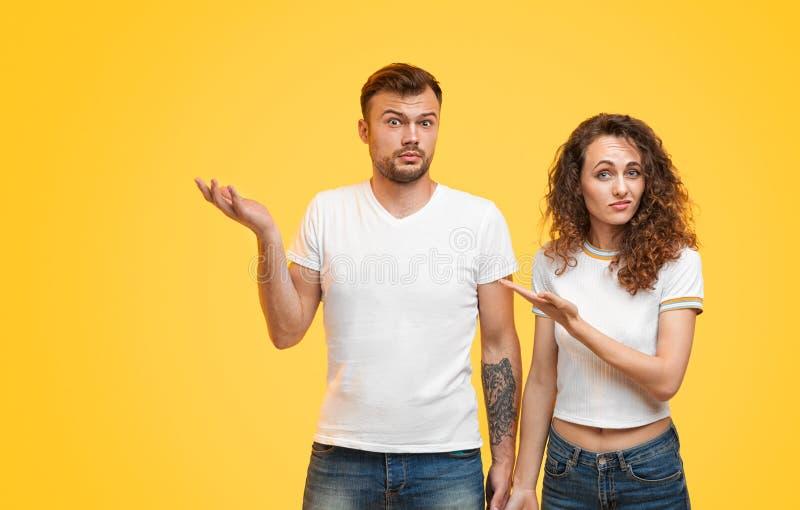 Tvivelaktiga par som bort pekar royaltyfri fotografi