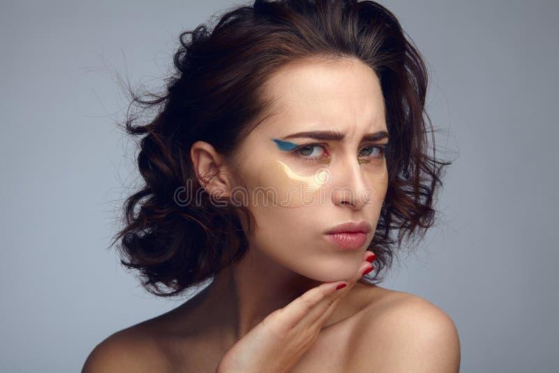 Tvivelaktigt kvinna med ögonmaskeringen royaltyfria bilder
