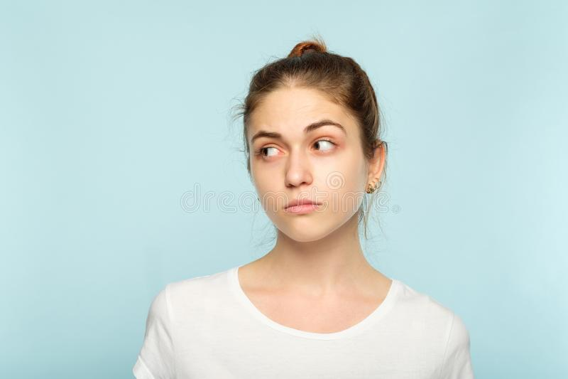 Tvivelaktigt osäker fundersam kvinna för sinnesrörelseframsida royaltyfri fotografi