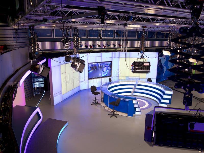 TVNYHETERNAstudio med ljus utrustning som är klar för att anteckna arkivbild