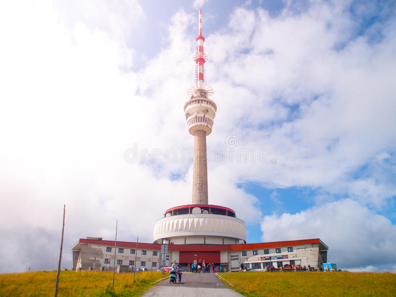 TVsändaren och utkik står högt på toppmötet av det Praded berget, Hruby Jesenik, Tjeckien fotografering för bildbyråer