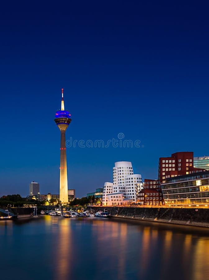 TVtorn- och Gehry byggnader på den blåa timmen på DÃ-¼sseldorf Medienhafen arkivbilder