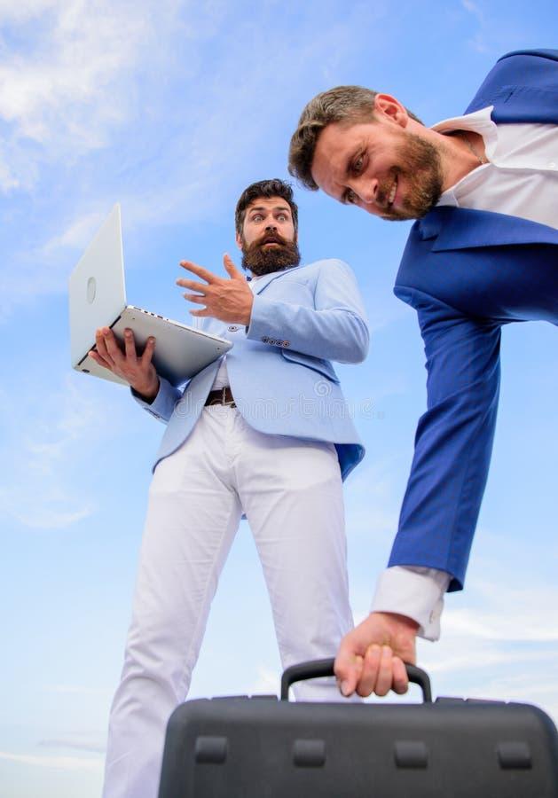 Twój konkurent bierze wszystko Wynagrodzenie uwaga real transakcja Biznesmen podnosi up teczkę od konkurenta podczas gdy przeciwn fotografia stock