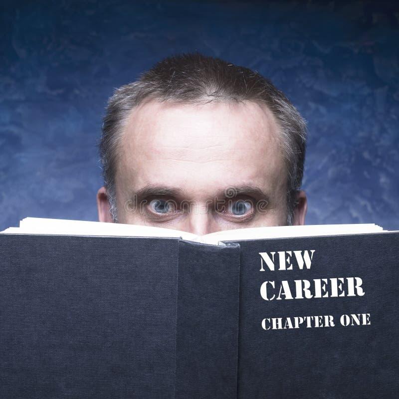 Twój nowy rozdział pisać na czarnej książce Dorośleć mężczyzna za książką o obraz stock