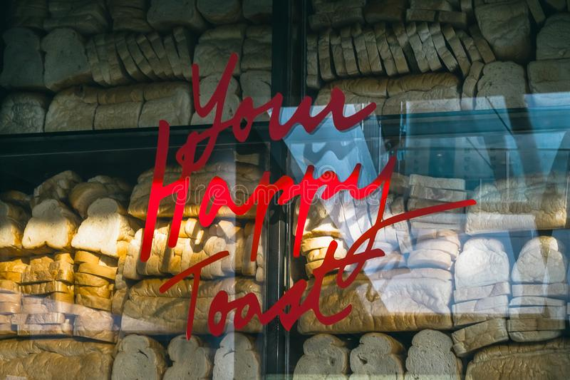 Twój Szczęśliwy grzanki słowo na szkłach z chlebowym tekstury backgro zdjęcie stock