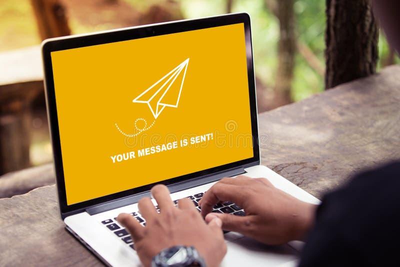 Twój wiadomość wysyła na laptopu ekranu pojęciu obraz royalty free