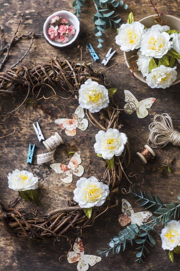 Twórczości pojęcie wianek winogrady z kwiatami, papierowi motyle, faborki na w - mieszkanie nieatutowe handmade domowe wewnętrzne zdjęcie stock
