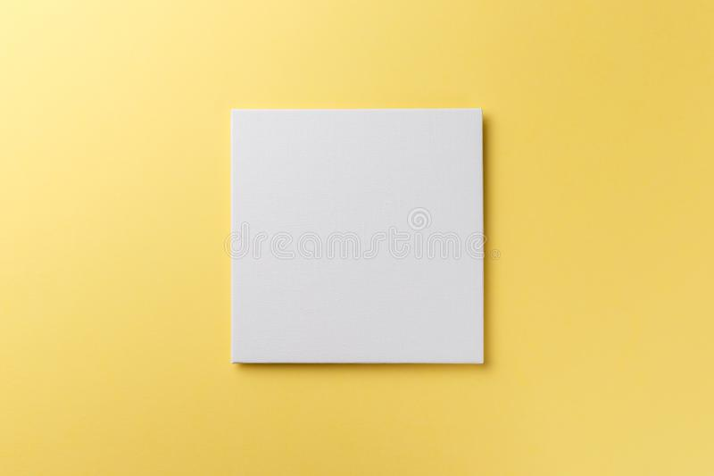 Twórczy układ z papieru pustego na pastelu na żółtym tle obraz stock