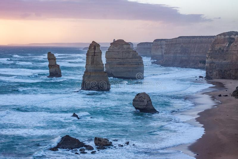 Twaalf Apostelen langs de Grote Oceaanweg in de zonsonderganglichten stock fotografie