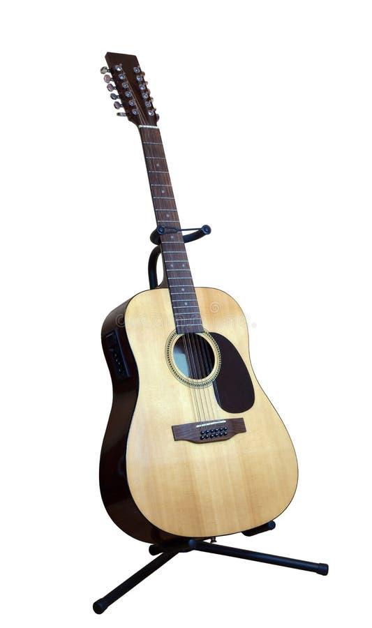 Twaalf-koorden akoestische gitaar op witte achtergrond royalty-vrije stock afbeelding