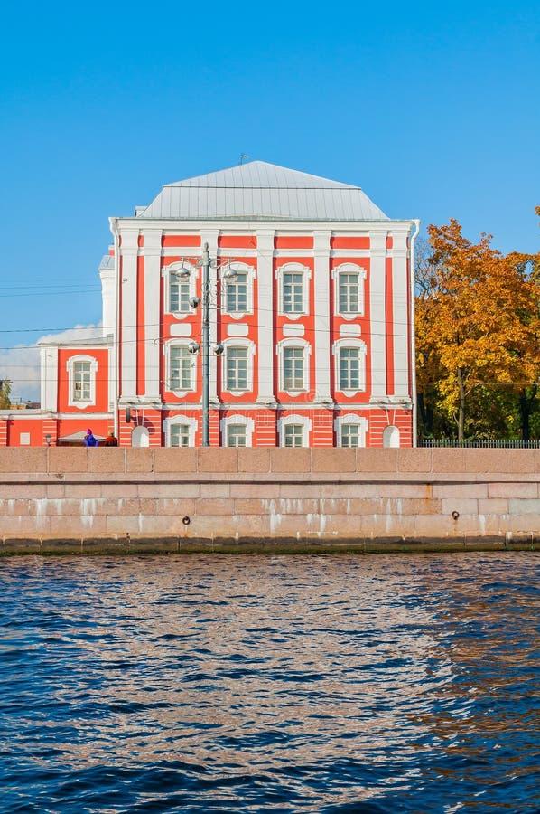Twaalf Universiteiten die bij de Universitaire dijk in St. Petersburg, Rusland in de herfst zonnige dag bouwen royalty-vrije stock afbeeldingen