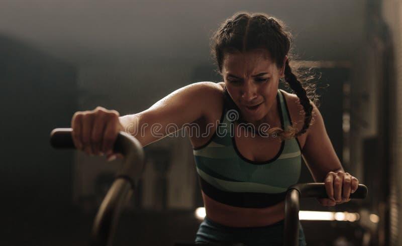 Twardy szkolenie na gym rowerze zdjęcie royalty free