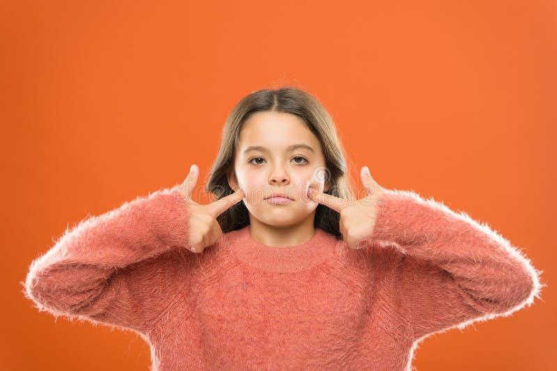 Twarz budynku ćwiczenia wiecznie m?oda Dziewczyna ślicznego dzieciaka skóry elastyczny przedstawienie ćwiczy dla twarzowych mięśn obraz royalty free