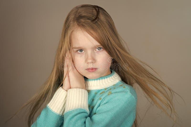 Twarz dzieciak dla okładki magazynu Dziewczyna dzieciaków twarzy portret w twój advertisnent Uroczy 5-letni stary błękit przygląd zdjęcie stock