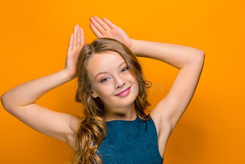 Twarz figlarnie szczęśliwa nastoletnia dziewczyna fotografia stock