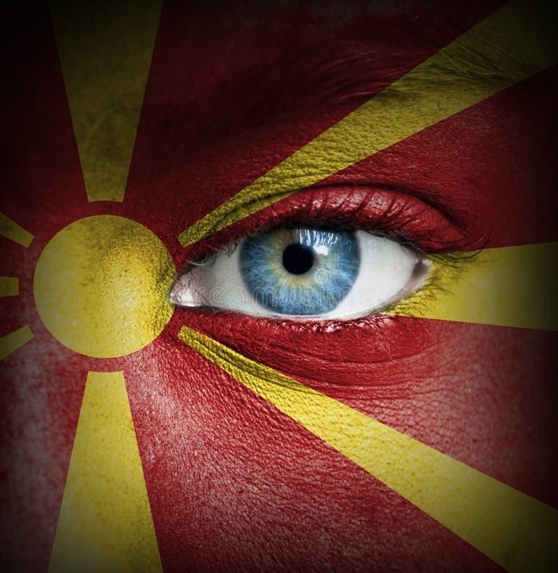 Twarz ludzka malująca z flagą Macedonia zdjęcia royalty free