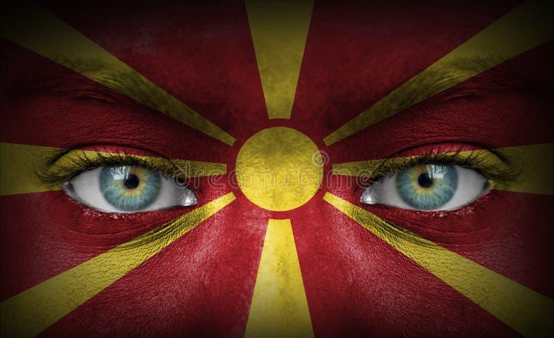 Twarz ludzka malująca z flagą Macedonia zdjęcia stock