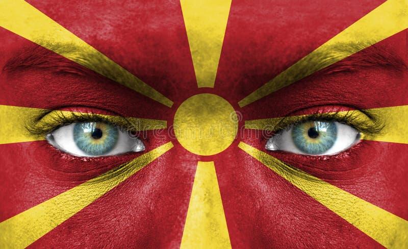 Twarz ludzka malująca z flagą Macedonia zdjęcie royalty free