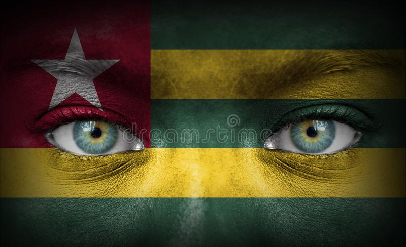 Twarz ludzka malująca z flagą Togo zdjęcia stock
