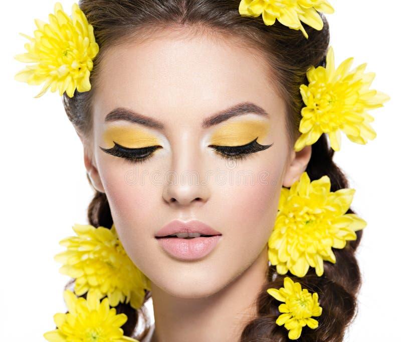Twarz młoda piękna kobieta z jaskrawym żółtym makijażem obraz stock