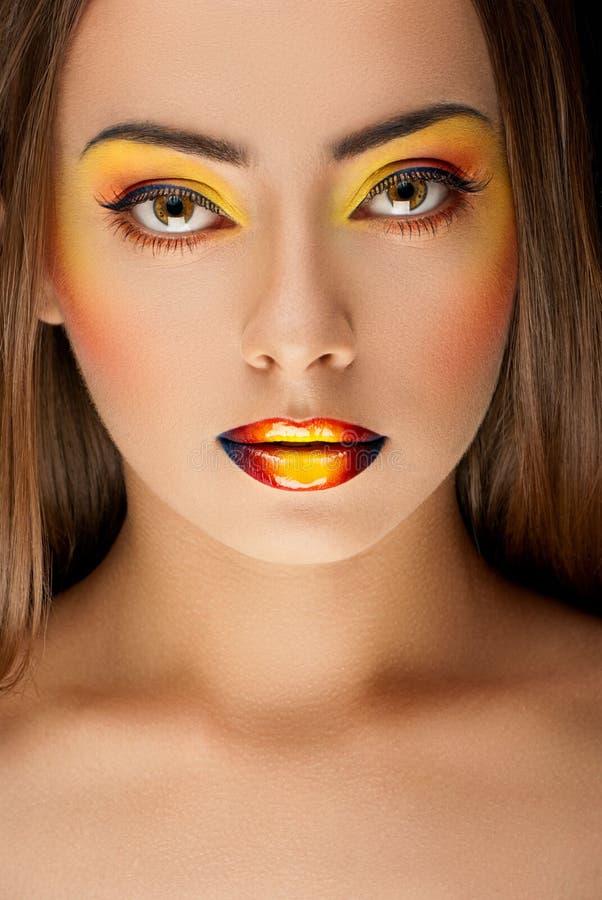 twarz młode kobiety patrzeje naprzód z kolorowym sztuki makeup zdjęcie stock