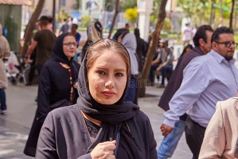 Twarz młody Irański kobiety odprowadzenie w ulicznym tłumu, Teheran obrazy stock