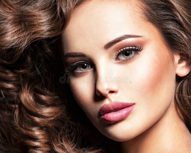 Twarz piękna kobieta z brown włosy zdjęcia stock