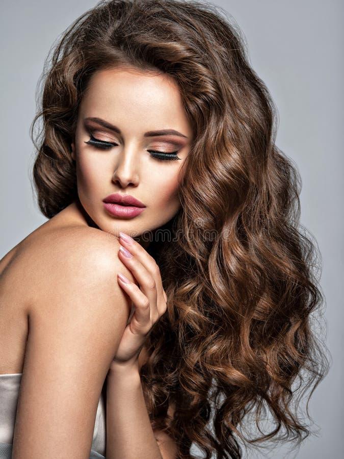Twarz piękna kobieta z długim brown włosy obrazy stock