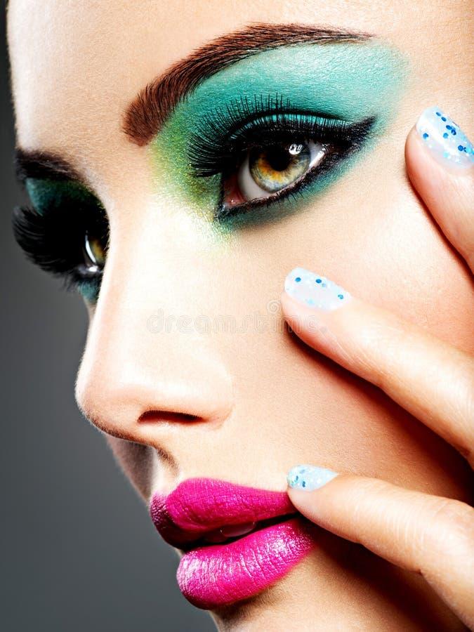 Twarz piękna dziewczyna z mody makeup i błękitów gwoździami fotografia stock