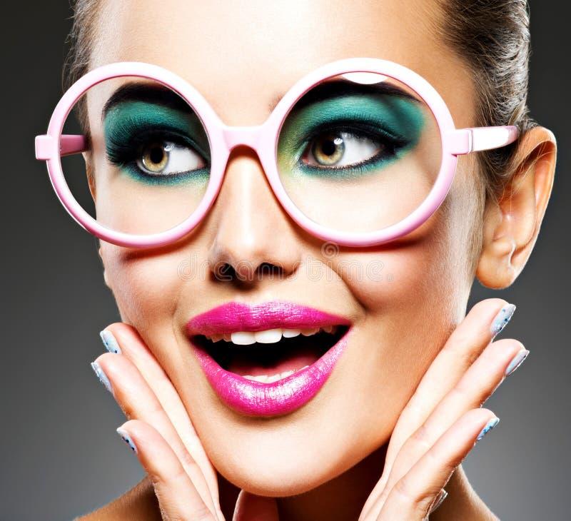 Twarz piękna ekspresyjna dziewczyna z moda makijażem obrazy stock
