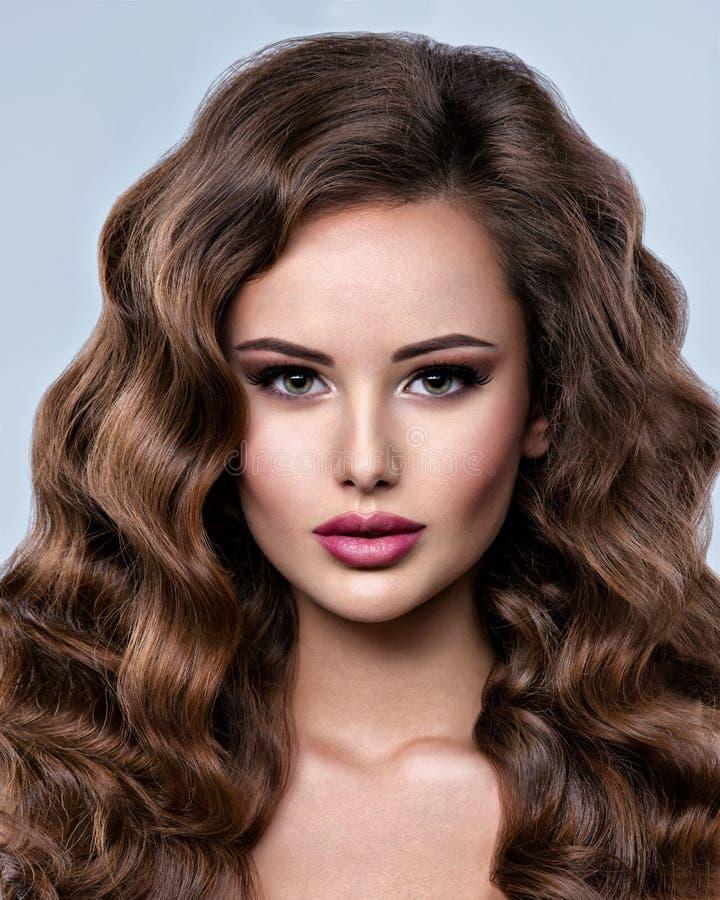 Twarz piękna kobieta z długim brown włosy obrazy royalty free