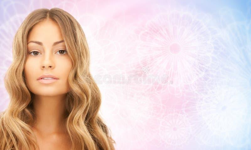 Twarz piękna młoda szczęśliwa kobieta z długie włosy zdjęcia stock
